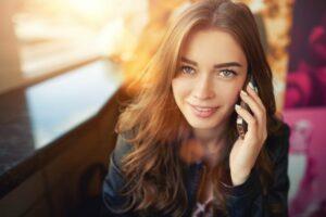 Junge Frau am Telefonieren mit Smartphone - mobile