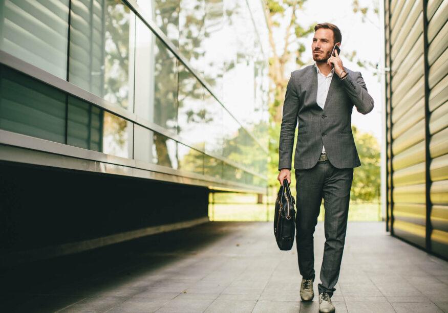 Geschäftsmann unterwegs am Handy